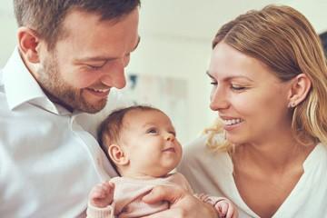 גבר ואישה מחייכים לתינוקת